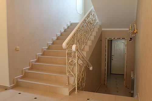 П-образная керамическая лестница с кованым ограждением